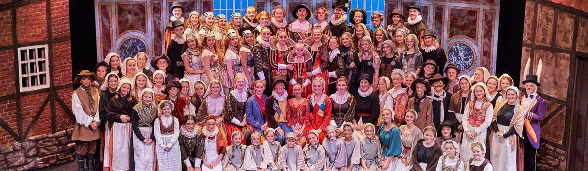 Gruppebillede fra Eventyrteatrets musical Kongen og Tiggertøsen
