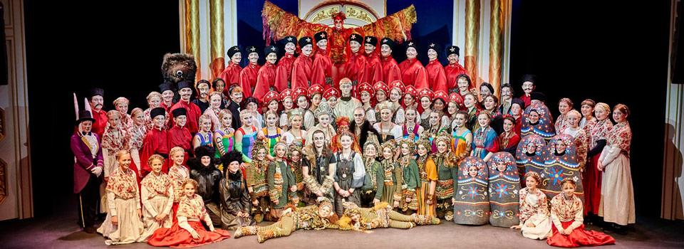 Gruppebilede fra Eventyrteatrets musical Fugl Fønix