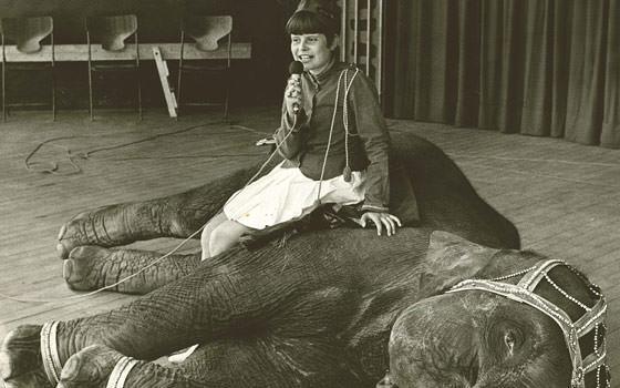 Teaterleder Susanne Vognstrup som barnestjerne  på elefant