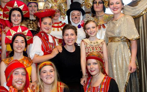 Cecilie Stenspil - første modtager af Eventyrprisen 2014 - sammen med børn og unge fra Eventyrteatret