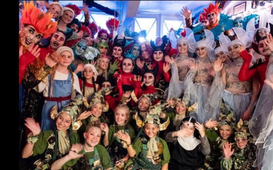 Glade eventyrbørn i garderoben under Glassalen efter veloverstået premiere på Skovens Dronnning 5. oktober 2019