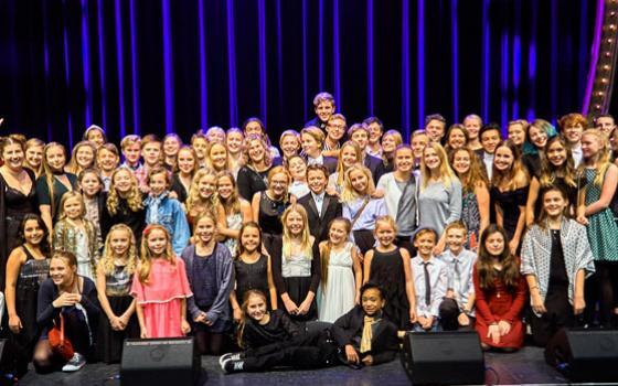 Elever på Eventyrteatret 2016 til teatrets 25 års jubilæumsfest i Cirkusbygningen, oktober 2016