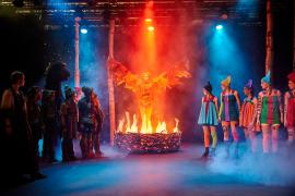 Foto fra Fugl Fønix musical teater spillet i Glassalen i Tivoli - Fugl Fønix brænder