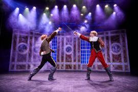 """Fra Eventyrteatrets familiemusical """"Kongen og Tiggertøsen"""", oktober 2017 Glassalen i Tivoli - fægtekamp - musical teater"""