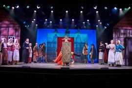 "Fra Eventyrteatrets familiemusical ""Kongen og Tiggertøsen"", oktober 2017 Glassalen i Tivoli - gøglere - musical teater"