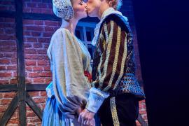 """Fra Eventyrteatrets familiemusical """"Kongen og Tiggertøsen"""", oktober 2017 Glassalen i Tivoli - kyssebillede - musical teater"""