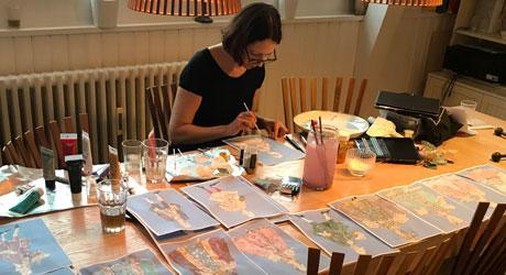 """Eventyrteatrets kostumedesigner, Christine Brincker, arbejder med skitser til musicalen """"Den Magiske Maske"""""""