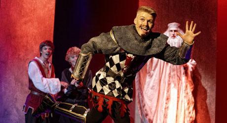 Jonathan Stahlschmidt som den breakdansende Ridder Percy i Eventyrteatrets musical Sværdet i Stenen 2010 - tv. Alex Høgh Andersen - th. Mikkel Hilgart - Foto: Ole Mortensen
