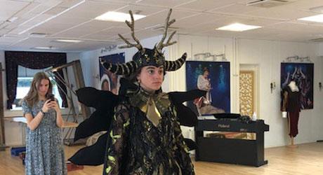 """Praktikant Didde Panduro Bøgeskov Nielsen laver kostume til Eventyrteatrets musical """"Robin Hood"""""""