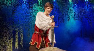 """Alex Høgh Andersen i Eventyrteatrets musical """"Sværdet i Stenen"""" 2010"""