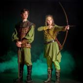 """Robin af Locksley (Jakob Spang Olsen) og hans søster Rosalinde (Iris Mealor) fra Eventyrteatrets musical """"Robin Hood"""" - kostumer: Christine Brincker - foto: Hergaard Fotografi"""