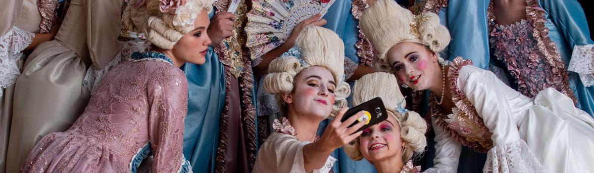 """Kostumeprøve på Eventyrteatrets musical """"Den magiske maske"""" 2018 - foto: Hergaard Fotografi"""